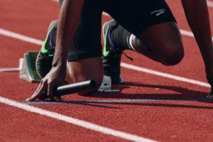 Muskelkater Sportler am Start beim lauf