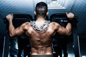 Muskelkater Bild von Sportler mit Ketten